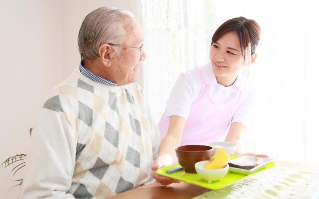 高齢者が自分で食べやすい介護用自助具(ハシやスプーン、食器など)の選び方